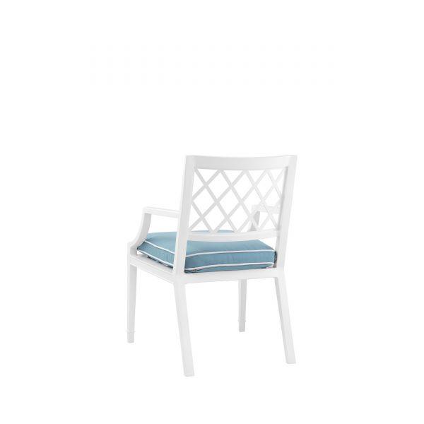 weißer Gartenstuhl mit ozeanblauen Sitzkissen